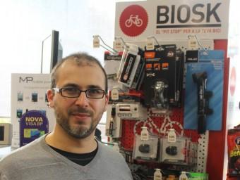 Josué Sospedra davant d'un dels expositors Biosk d'una gasolinera.  J.A
