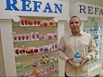 Konstantin Ashlamov, director general de Refan España, mostra alguns productes a la seu de Castelldefels.  JUANMA RAMOS