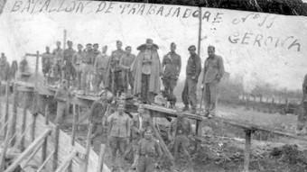 Treballadors forçats del BDST número 11 construint un pont a Girona l'any 1941.
