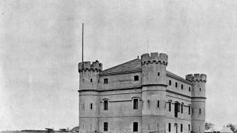 El Camp de la Bóta, presidit per la construcció coneguda com el castellet. ARXIU MUNICIPAL DE SANT ADRIÀ DE BESÒS