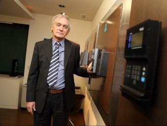 El president de l'empresa, Joan Parés, amb alguns aparells de control d'accés.  QUIM PUIG