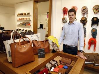Jordi Bella a la botiga oberta al carrer Sant Pere de Terrassa, una de les sis que hi ha en funcionament.  ORIOL DURAN