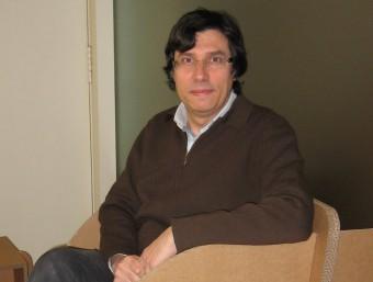 L'arquitecte Jordi Garcia, assegut en un model de butaca de DEC Dissenys amb Cartró.  A. AGUILAR