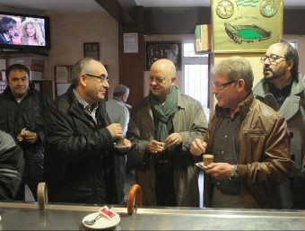 L'alcalde de Blanes, Josep Marigó, a l'esquerre, fent el cafè a la seva vila amb Juli Fernández i Odón Elorza, l'exbatlle de Sant Sebastià, en un acte electoral al 2012 J. RIBOT / ICONNA