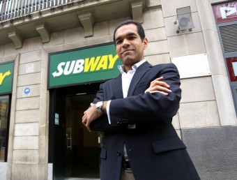 Carlos Ávila, director d'expansió de Subway a Catalunya, davant un local a Barcelona.  QUIM PUIG