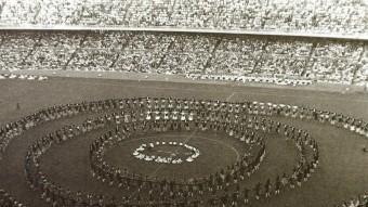 Un imatge antiga de la històrica inauguració de l'actual Camp Nou el 1957 EL 9