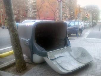 Un contenidor bolcat pel vent a Barcelona @EMERGENCIESCAT