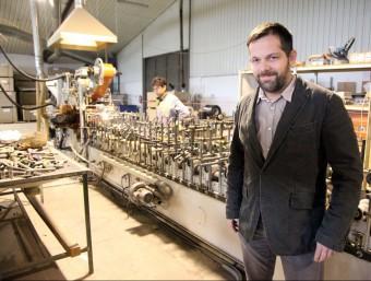Pablo Bustos a la nau industrial que tenen a la Sénia.  JUDIT FERNÀNDEZ