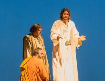 Més de 300 actors a l'escenari configuren un espectacle àgil i modern. LA PASSIÓ DE CERVERA