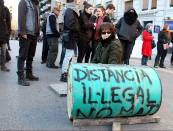 Una de les dones que s'ha encadenat a un bidó ple de ciment enmig de Jaume I per protestar contra la MAT ACN