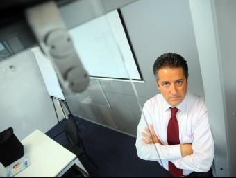 Jordi Castellà, director de l'empresa, amb una de les portes automàtiques de la seu de Mataró.  QUIM PUIG