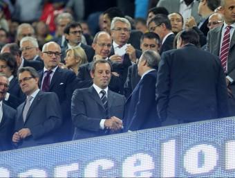 Sandro Rosell i Florentino Pérez, president del Real Madrid, es donen la mà a la llotja del Camp Nou.  ARXIU