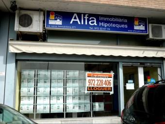 La crisi ha provocat el tancament de més de la meitat de les agències immobiliàries.  ARXIU