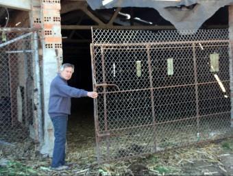 El granger mostrant la porta que obria quan va ser assaltat per cinc encaputxats ACN