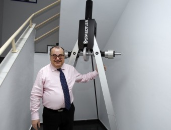 El director general, José Antonio González, amb un compàs gegant de la marca ubicat a la seu de Castellbisbal.  ORIOL DURAN
