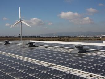 Un molí de vent i plaques fotovoltaiques, a la dessaladora del Prat de Llobregat.  ARXIU