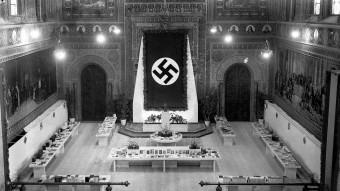 El paranimf de la Universitat de Barcelona amb una gran bandera nazi.