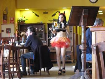 El bar Eric II de Tarragona ha desvestit les cambreres per recuperar clientela.  M.R.C