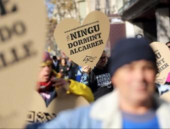 Persones sense llar, voluntaris i treballadors de la Fundació Arrels van sortiran al carrer el desembre de 2013 amb grans cors de cartró amb el missatge 'Ningú dormint al carrer',  L'ECONÒMIC