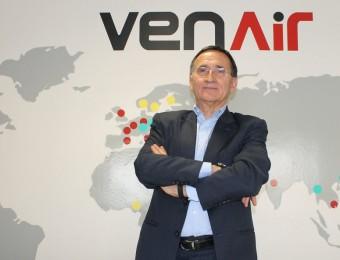 Miguel Fernández, CEO de Venair, davant del mapa de les delegacions i seus que l'empresa té arreu del món.  JORDI ALEMANY