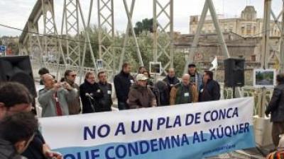 Concentració al pont vell d'Alzira contra el Pla de Conca. EL PUNT AVUI