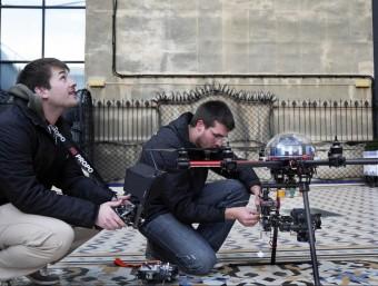 Treballadors d'Hemav preparant un drone perquè s'enlairi.  ARXIU