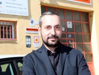 Miquel Camps, davant de l'empresa a Sant Vicenç dels Horts.  JUDIT FERNÁNDEZ