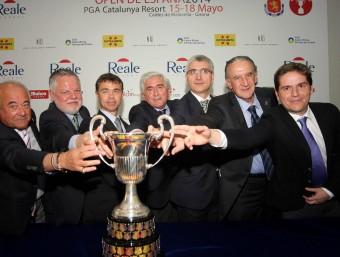 Representants del món de l'esport i de la zona de la Costa Brava posen amb el trofeu FEDERACIÓ ESPANYOLA DE GOLF
