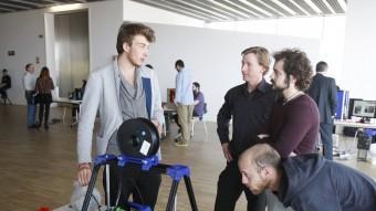Experts en impressió en 3D observen el funcionament d'una màquina, ahir al Museu del disseny oriol duran
