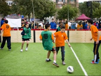 Uns nens participen a una activitat de FutbolNet, un dels programes impulsats per la Fundació FC Barcelona.  FC BARCELONA