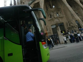 Autocar davant de la Sagrada Família abans de la prohibició.  ARXIU