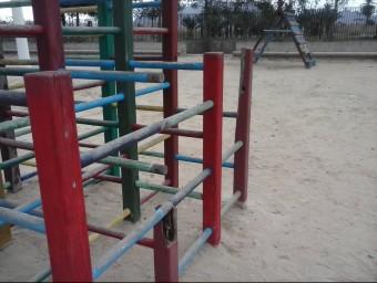 Estat d'abandó d'alguns jocs infantils d'Albatera. EL PUNT AVUI