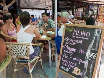 Cartell en rus a una terrassa d'un restaurant de Salou TJERK VAN DER MEULEN / ARXIU