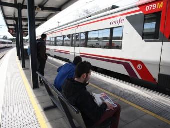 Tres estudiants a punt de pujar al tren a Blanes per anar a la UdG