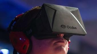 Un jugador utilitza el visor de realitat virtual Oculus Rift durant una fira de videojocs que va tenir lloc el 2013 a Londres LEON NEAL/AFP