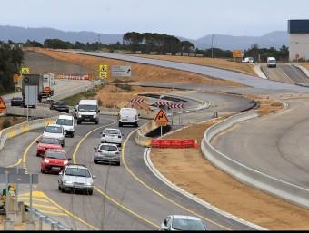 Els cotxes passen per part de l'A-2. Al fons a la dreta, la carretera del Turis Club per on se surt de Caldes cap al sud M. LLADÓ
