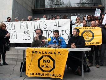 Una cinquantena de persones van concentrar-se ahir davant els jutjats per donar suport als imputats. ACN