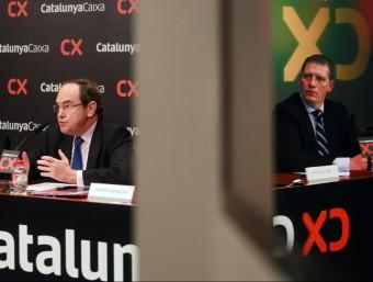 José Carlos Pla, president de Catalunya Banc, a l'esquerra, i Josep Maria Panicello, director financer.  MARTA PÉREZ