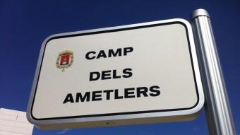 Una placa recorda el camp dels Ametlers , on primeramentvan ser reclosos els presoners republicans EL PUNT AVUI