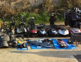 Les motos desmuntades per peces a l'exterior de la nau ACN