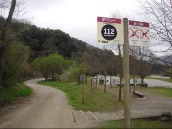 Un dels senyals al costat del que prohibeix agafar pedretes i dur gossos prop del Santa Margarida. TURA SOLER