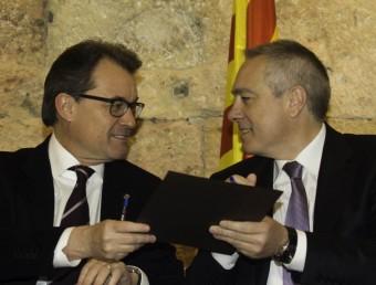 El president Mas i Pere Navarro, en un gest còmplice que permetrà afavorir la inversió. Al costat la sala del Pretori Romà ahir al matí, plena de polítics i representants territorials. J.C.LEÓN