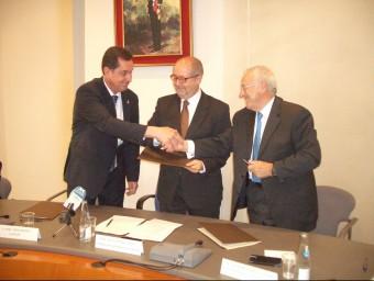 L'alcalde de Lloret, a l'esquerra, en la firma del conveni pel turisme. J.G