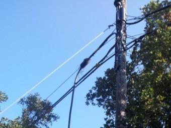 El cable telefònic tallat la setmana passada a Llofriu. Ò.P.