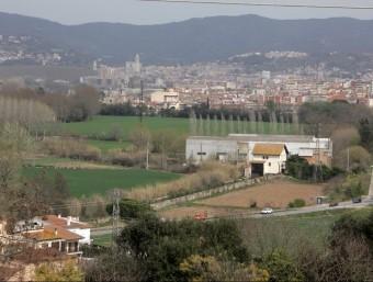 Una imatge àrea d'ahir al migdia des de Montfullà, al terme municipal de Bescanó. En primer terme, l'actual N-141. Les dues alternatives proposades per la Generalitat a Salt inclouen una nova via a les hortes o a les Deveses JOAN SABATER