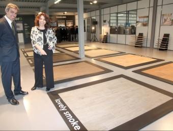 Marcel·lí i Marta Sugrañes, davant alguns dels paviments que exporten a 70 països.  JUDIT FERNÀNDEZ