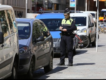 Policia municipal multant un cotxe per mal aparcament  ARXIU