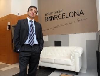 Albert Guasch, a la recepció de l'edifici d'apartaments Home to Home Barcelona, a tocar de la plaça d'Espanya.  Q.P