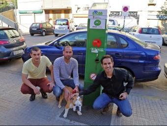 Els tres emprenedors d'Eco-Can davant de l'urinari per a gossos.  JUANMA RAMOS