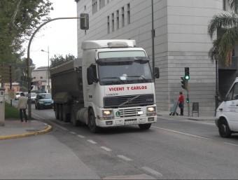 Un camió transita pel traçat de la N-322 al seu pas per Sueca. EL PUNT AVUI